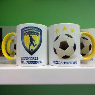 цветная желтая кружка с эмблемой детской футбольной школы